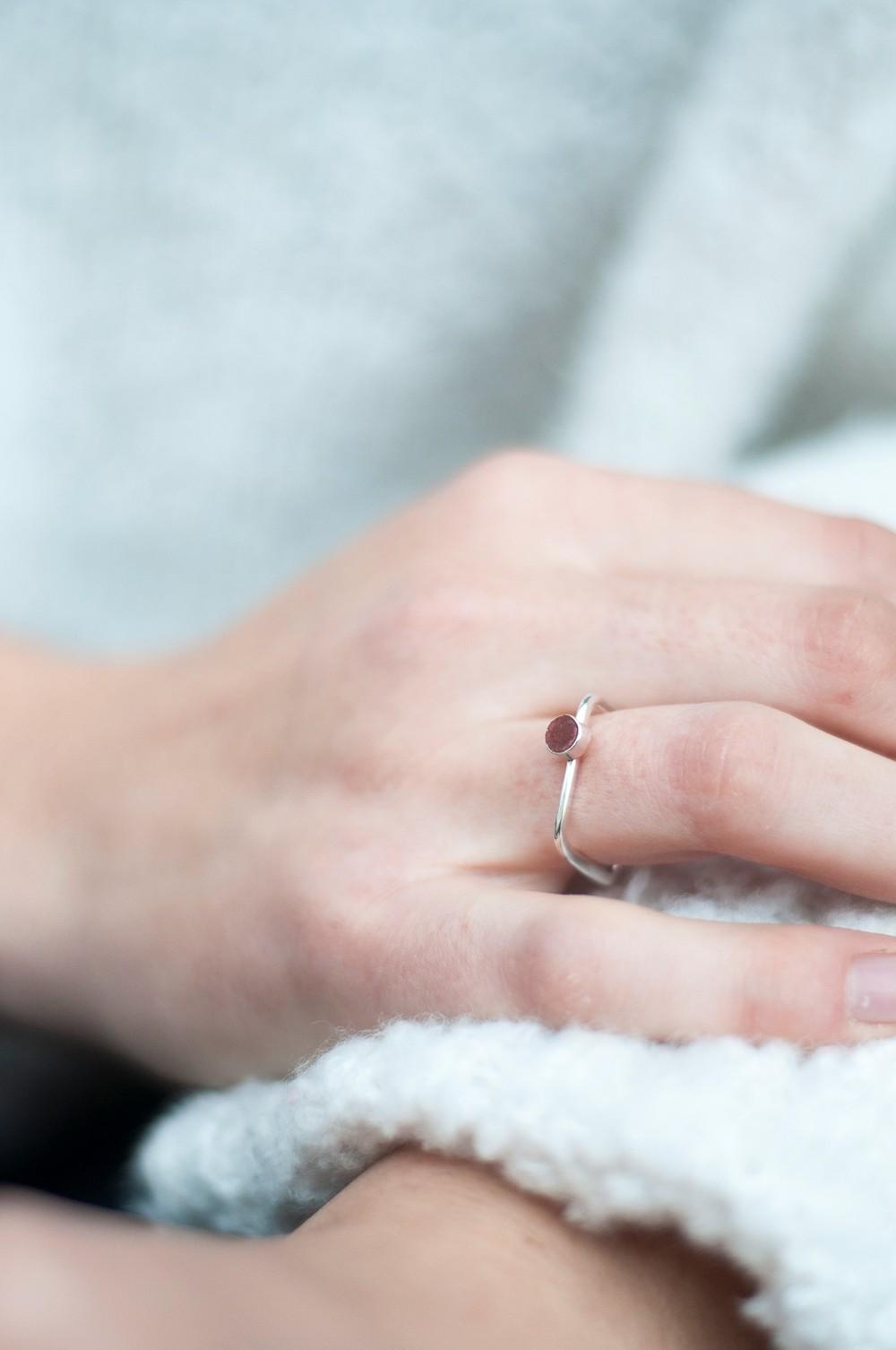 Bague carrée béton et argent - rouge rubis - Elle & Sens