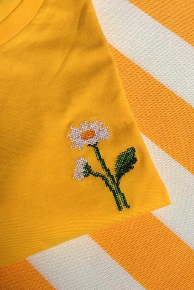 T-shirt brodé jaune en coton bio - marguerites - Johnny Romance num 1