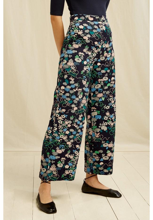 Pantalon ample marine à motifs fleuris en coton bio - People Tree num 2
