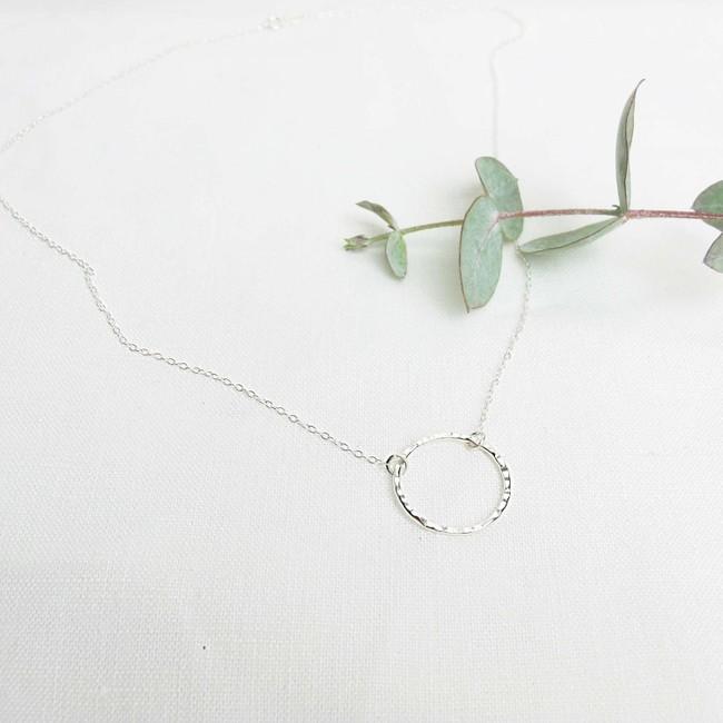 Collier avec pendentif cercle en argent recyclé - textured circle pendant necklace - Wild fawn num 2