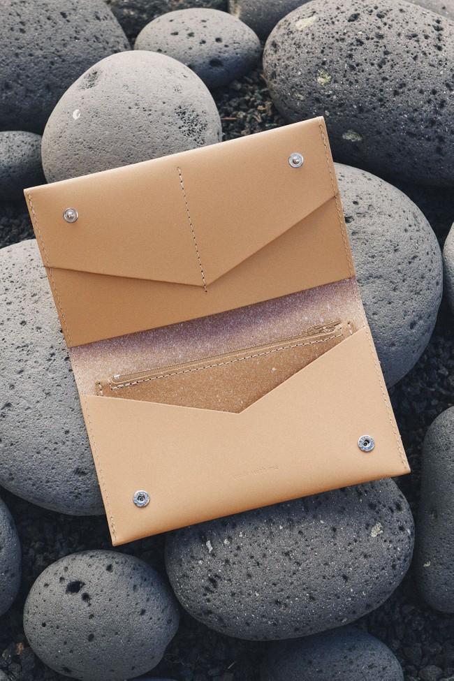 Portefeuille beige en cuir recyclé - flat purse - Walk with me num 2