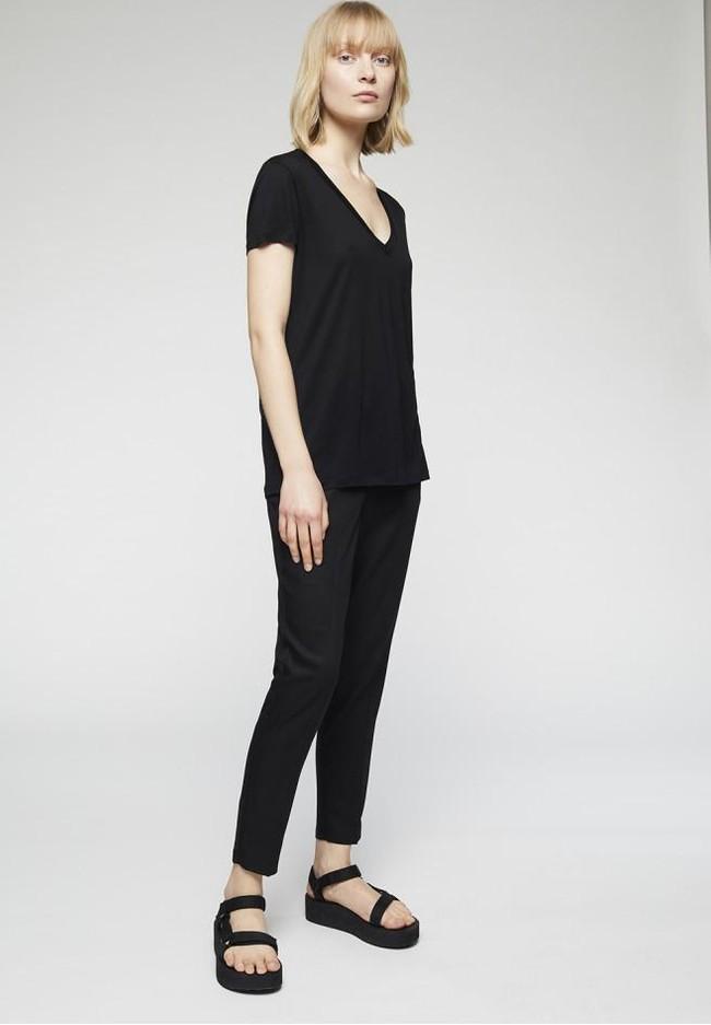 T-shirt col v noir en tencel - juliaa - Armedangels num 2