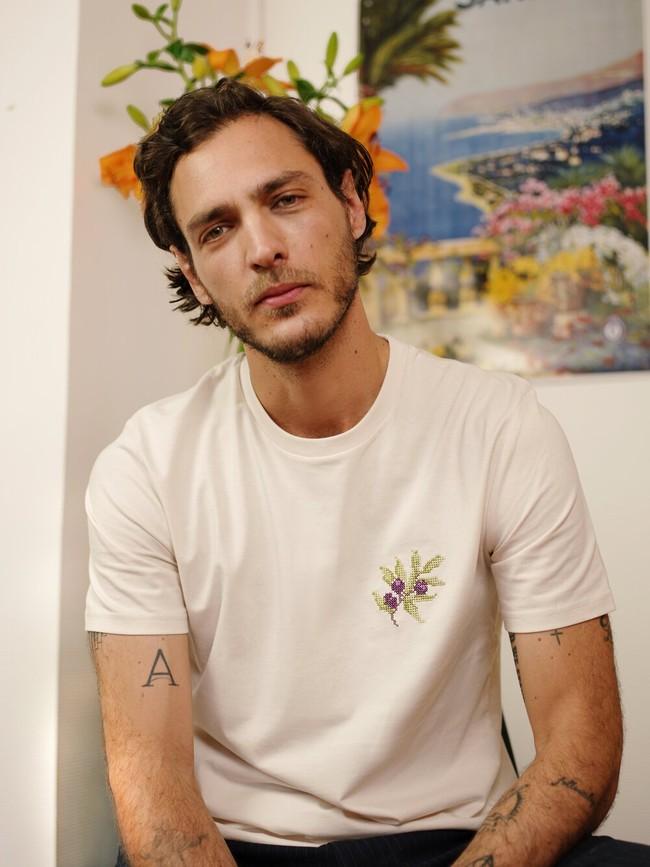 T-shirt brodé blanc cassé en coton bio - olive - Johnny Romance