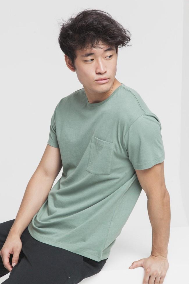 T-shirt uni vert avec poche en coton bio - Thinking Mu num 3