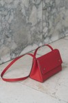 Sac rouge en cuir recyclé - triangle bucket - Walk with me - 2