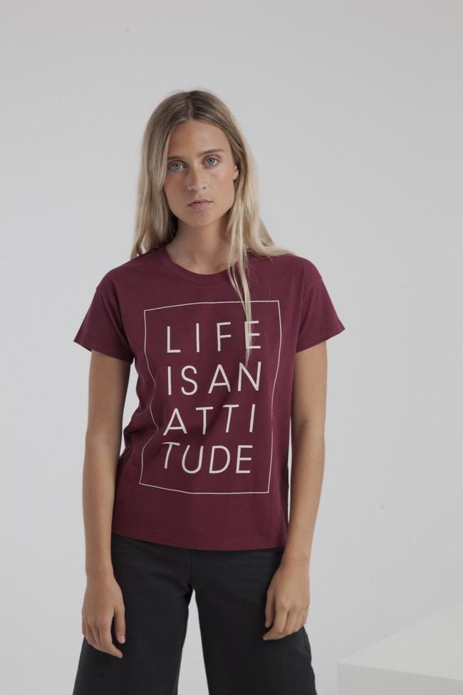 T-shirt bordeaux en coton bio - life is an attitude - Thinking Mu