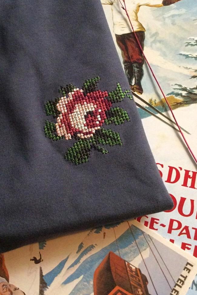 T-shirt brodé gris encre en coton bio - rose - Johnny Romance num 1