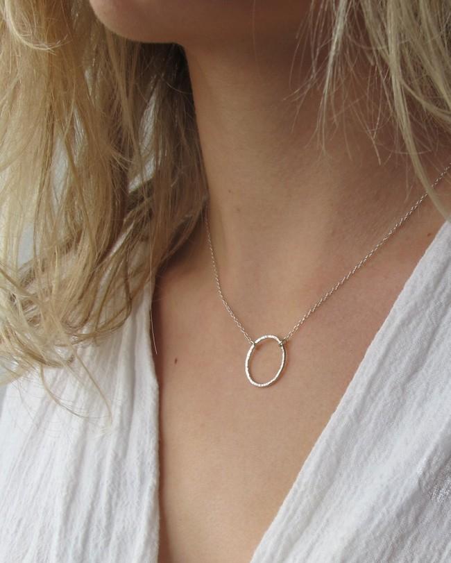 Collier avec pendentif cercle en argent recyclé - textured circle pendant necklace - Wild fawn