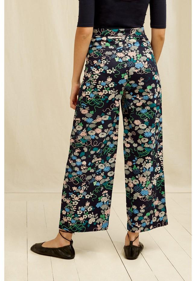Pantalon ample marine à motifs fleuris en coton bio - People Tree num 1
