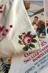 T-shirt brodé blanc cassé en coton bio - rose - Johnny Romance