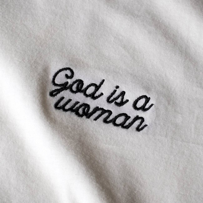 T-shirt blanc brodé - god is a woman - Dedicated num 1