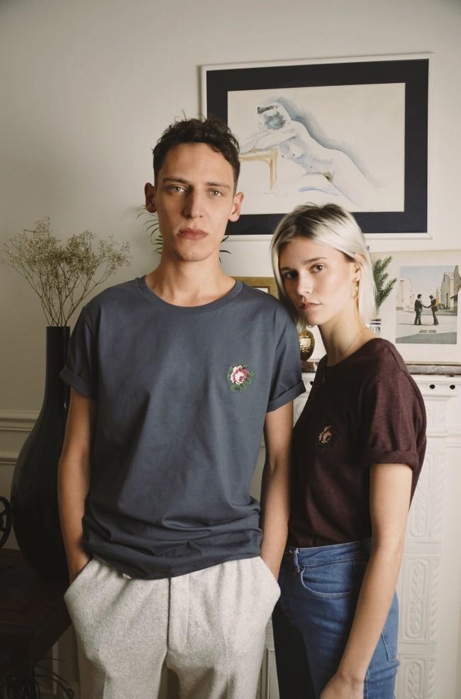 T-shirt brodé gris encre en coton bio - rose - Johnny Romance
