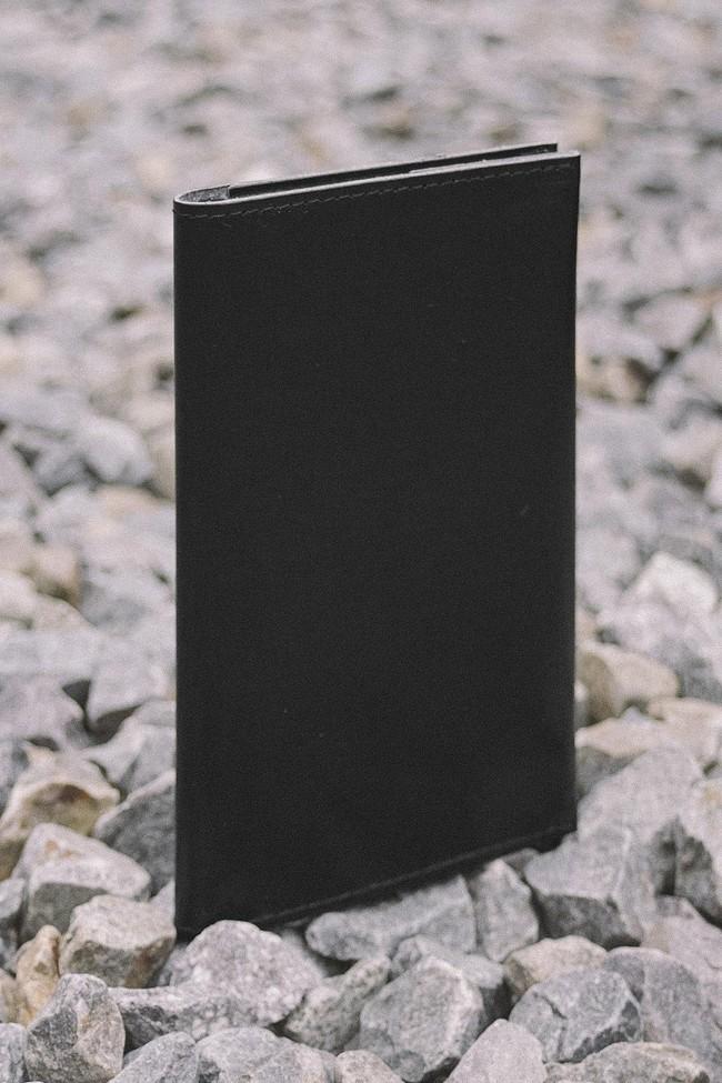 Portefeuille noir en cuir recyclé - flat purse - Walk with me num 2