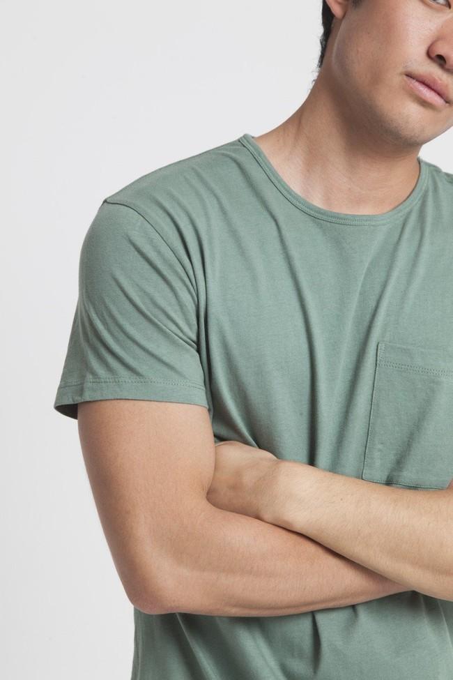 T-shirt uni vert avec poche en coton bio - Thinking Mu num 2