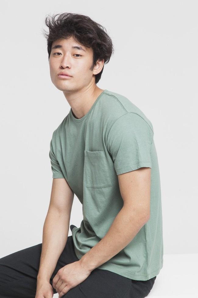T-shirt uni vert avec poche en coton bio - Thinking Mu